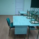 sto za nastavnike od drveta sa stolicom